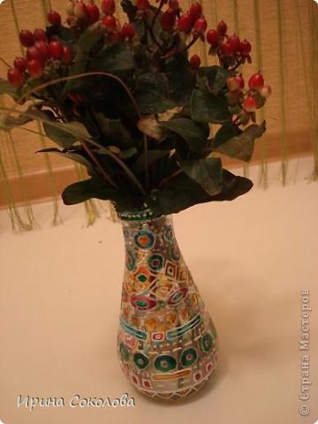 Вазочка сделана из бутылочки с помощью объемных контуров и витражных красок. фото 5