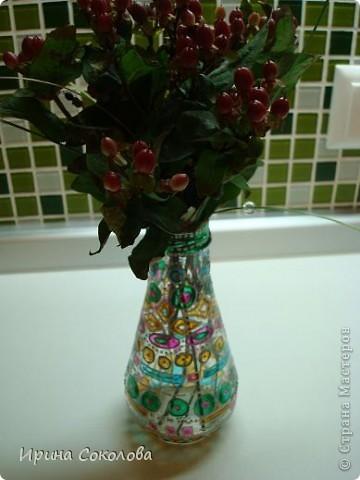 Вазочка сделана из бутылочки с помощью объемных контуров и витражных красок. фото 6