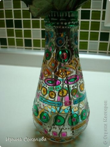 Вазочка сделана из бутылочки с помощью объемных контуров и витражных красок. фото 7