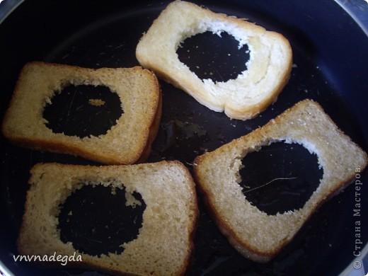 Эту яичницу научила меня готовить моя доченька. Для неё нам понадобится хлеб(ржаной или белый это кому как нравится, главное чтобы он был прямоугольной формы), яйца, стакан (не подумайте ничего криминального!). Стаканом вырезаем кружок в хлебе. Делаем это очень аккуратно! фото 3