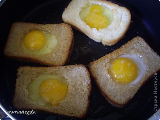 Эту яичницу научила меня готовить моя доченька. Для неё нам понадобится хлеб(ржаной или белый это кому как нравится, главное чтобы он был прямоугольной формы), яйца, стакан (не подумайте ничего криминального!). Стаканом вырезаем кружок в хлебе. Делаем это очень аккуратно! фото 4