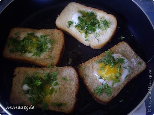 Эту яичницу научила меня готовить моя доченька. Для неё нам понадобится хлеб(ржаной или белый это кому как нравится, главное чтобы он был прямоугольной формы), яйца, стакан (не подумайте ничего криминального!). Стаканом вырезаем кружок в хлебе. Делаем это очень аккуратно! фото 5