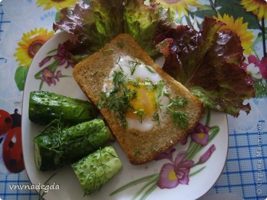 Эту яичницу научила меня готовить моя доченька. Для неё нам понадобится хлеб(ржаной или белый это кому как нравится, главное чтобы он был прямоугольной формы), яйца, стакан (не подумайте ничего криминального!). Стаканом вырезаем кружок в хлебе. Делаем это очень аккуратно! фото 7