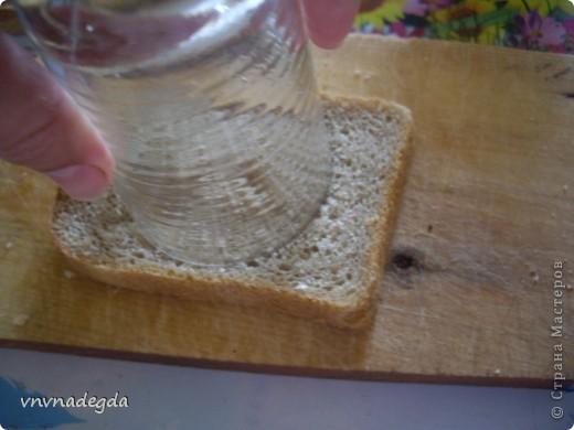 Эту яичницу научила меня готовить моя доченька. Для неё нам понадобится хлеб(ржаной или белый это кому как нравится, главное чтобы он был прямоугольной формы), яйца, стакан (не подумайте ничего криминального!). Стаканом вырезаем кружок в хлебе. Делаем это очень аккуратно! фото 1