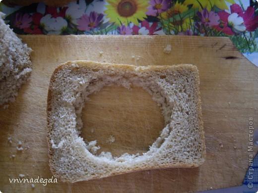 Эту яичницу научила меня готовить моя доченька. Для неё нам понадобится хлеб(ржаной или белый это кому как нравится, главное чтобы он был прямоугольной формы), яйца, стакан (не подумайте ничего криминального!). Стаканом вырезаем кружок в хлебе. Делаем это очень аккуратно! фото 2