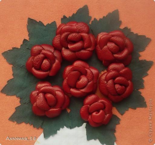 Одна из моих давнишних работ, делала на кружке рукоделия. Розы выполнены из кожи, листья и ваза - из ткани, хотя сейчас понимаю, что кожа выглядела бы эффектней.  фото 2