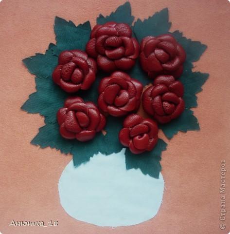 Одна из моих давнишних работ, делала на кружке рукоделия. Розы выполнены из кожи, листья и ваза - из ткани, хотя сейчас понимаю, что кожа выглядела бы эффектней.  фото 1
