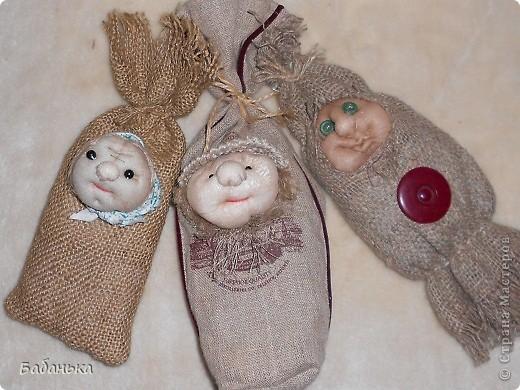 Обереговые куколки-саше. Наполнены тимьяном и душицей. Их можно повесить на стену или в шкаф. Они  всю зиму хранят запахи лета. А также будет с кем посоветоваться, что одеть сегодня.  фото 1