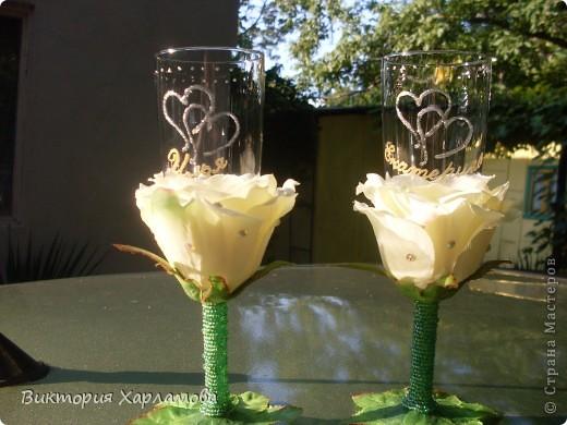Попросили сделать бокалы с искусственными розами.Вот так получилось.Отдавать страшно до безумия.Безумно боюсь сильной критики.Может что ни так пожалуйста выскажитесь. фото 1