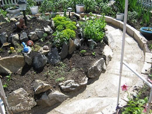 Каменистая горка перед домиком фото 5
