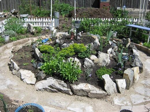 Каменистая горка перед домиком фото 2