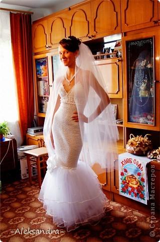 Вот такой я была невестой) Свадьба была больше года назад, но я только сейчас подумала выставить свою работу. Платье, фата, букет и перчатки - своими руками. Цветок на платье делала мама.  фото 3
