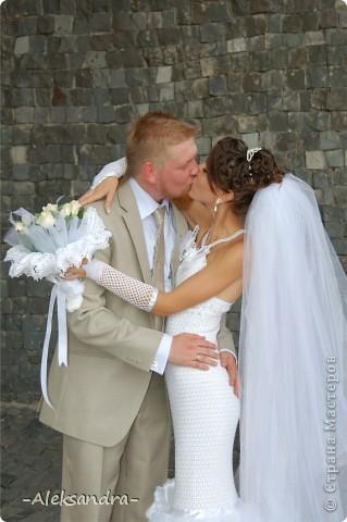 Вот такой я была невестой) Свадьба была больше года назад, но я только сейчас подумала выставить свою работу. Платье, фата, букет и перчатки - своими руками. Цветок на платье делала мама.  фото 4