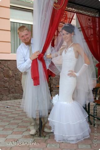 Вот такой я была невестой) Свадьба была больше года назад, но я только сейчас подумала выставить свою работу. Платье, фата, букет и перчатки - своими руками. Цветок на платье делала мама.  фото 1