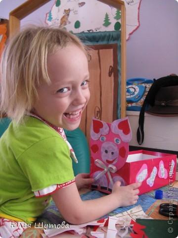 """Несколько лет назад я купила в книжном магазине интересную книгу""""Чудесные коробочки"""".По-моему она называлась так.К сожалению автора не помню.Мне так понравились идеи этого автора,что вместе с детьми в детском саду мы целую неделю занимались оформлением коробочек.Это первая наша работа-Лягушка Лиза.В неё девочки складвали резиночки для волос. фото 3"""