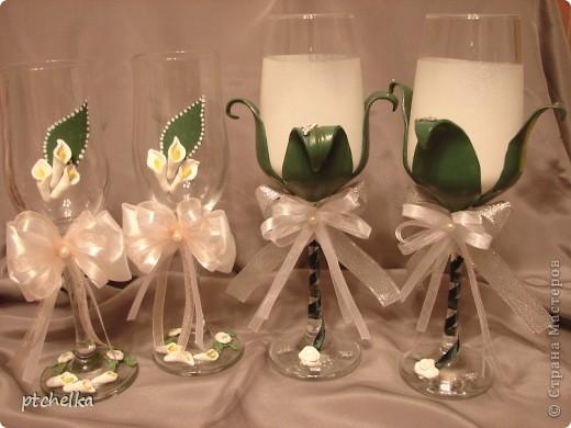 Решила сделать бокалы в виде цветка. Сами бокалы покрасила аэрозольной белой акриловой краской. Листья и розочки сделала из полимерной глины FIMO фото 5