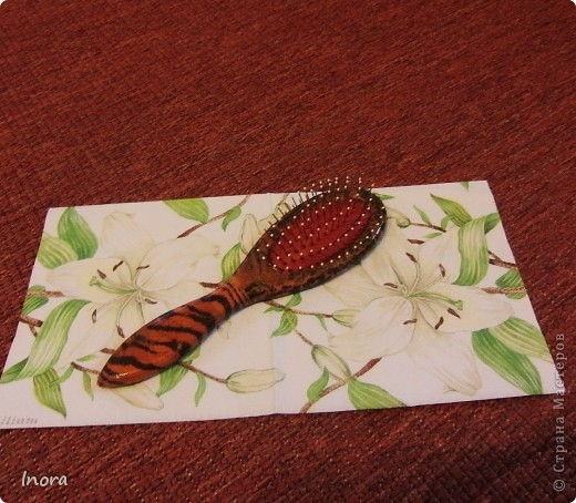 Деревянная массажная щетка , клей ПВА, рисунок на рисовой бумаге, лак полиуретановый на водяной основе. фото 2