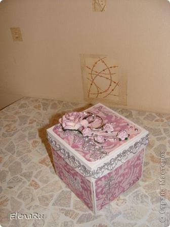 """Как-то показав соседке коробочку, получила от нее заказ - на свадьбу нужно сделать и фотоальбом, но чтобы было место и для денежки и для поздравления и чтобы бабочки порхали! ТАК я и сделала  сперва одну, потом вторую, и вот пришел черед третьей. Но, видимо где-то что-то у меня """"зависло"""" - коробочки у меня получаются ОДИНАКОВЫЕ, т.е. КЛОНЫ!  ИТОГ: Я В ШОКЕ!!! фото 1"""