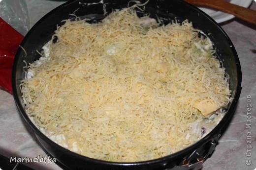 Понадобится: 3 маленьких кабачка, 1 куриная грудка, 1 луковица, 1 пачка творога, 1 яйцо, 2-3 ст.л. муки, 100 г сыра, соль.  фото 7