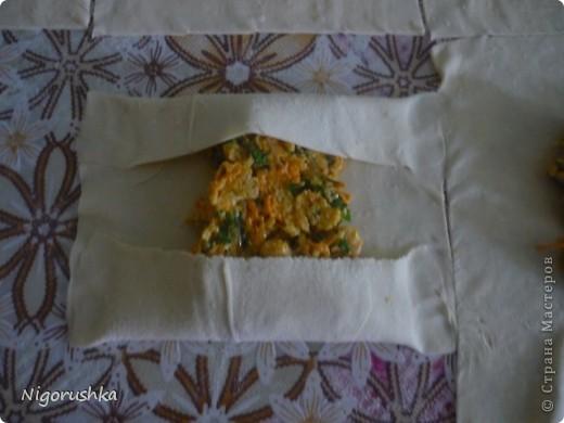 """Бутерброды из слоеного теста с сыром, курицей и морковью Рецепт с форума """"Готовим дома"""" от oldeg.  Бутербродики готовятся быстро и легко. фото 2"""