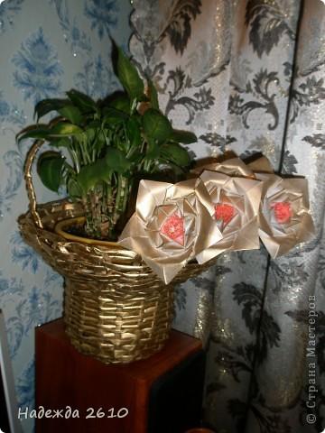 Очень понравились цветы http://stranamasterov.ru/node/96351?c=favorite, сделала. И украсила ими пока свою старую корзинку, когда смастерю что-нибудь типо вазы обязательно покажу вам. Спасибо за внимание! фото 3
