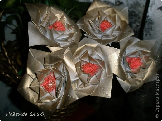 Очень понравились цветы http://stranamasterov.ru/node/96351?c=favorite, сделала. И украсила ими пока свою старую корзинку, когда смастерю что-нибудь типо вазы обязательно покажу вам. Спасибо за внимание! фото 1