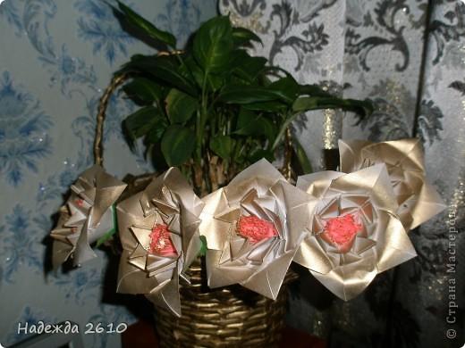 Очень понравились цветы http://stranamasterov.ru/node/96351?c=favorite, сделала. И украсила ими пока свою старую корзинку, когда смастерю что-нибудь типо вазы обязательно покажу вам. Спасибо за внимание! фото 2