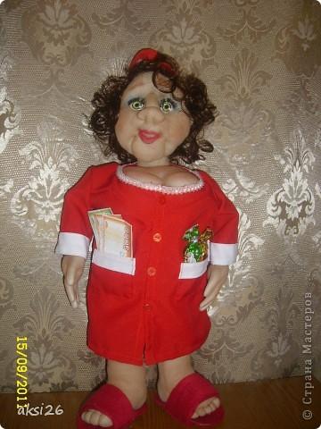 Представляю мою новую куклу. По задумке это должна быть заведующая кондитерским отделом. На аксесуары к сожалению не хватило времени - поэтому первое что пришло в голову - конфеты в кармане, и в другом кармане деньги. В таком вот виде она и поедет в подарок. фото 5