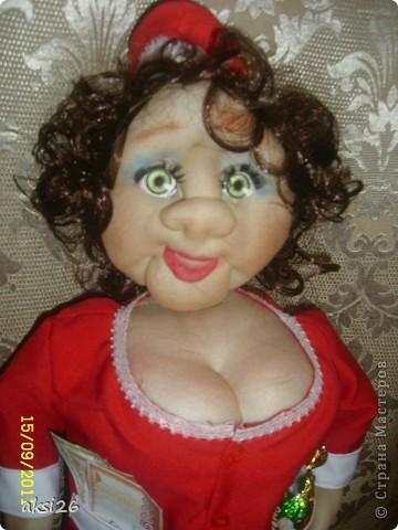 Представляю мою новую куклу. По задумке это должна быть заведующая кондитерским отделом. На аксесуары к сожалению не хватило времени - поэтому первое что пришло в голову - конфеты в кармане, и в другом кармане деньги. В таком вот виде она и поедет в подарок. фото 4