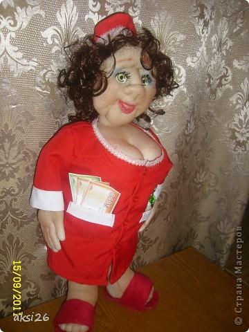Представляю мою новую куклу. По задумке это должна быть заведующая кондитерским отделом. На аксесуары к сожалению не хватило времени - поэтому первое что пришло в голову - конфеты в кармане, и в другом кармане деньги. В таком вот виде она и поедет в подарок. фото 3
