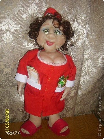 Представляю мою новую куклу. По задумке это должна быть заведующая кондитерским отделом. На аксесуары к сожалению не хватило времени - поэтому первое что пришло в голову - конфеты в кармане, и в другом кармане деньги. В таком вот виде она и поедет в подарок. фото 1