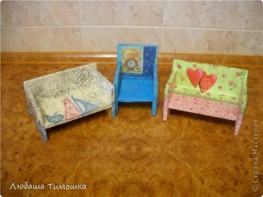Мебель делаю сама из деревянных реечек. оформлять помогали детки. Славка красил все белой краской, Настя - помогала с салфеточками    фото 2