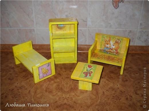 Мебель делаю сама из деревянных реечек. оформлять помогали детки. Славка красил все белой краской, Настя - помогала с салфеточками    фото 1