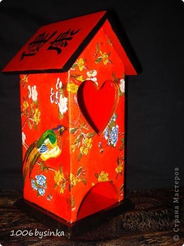 Вот этот домик для чайных пакетиков моя вторая по счету работа в технике декупаж. Делала по заказу сестры в подарок для ее свекрови.   фото 2