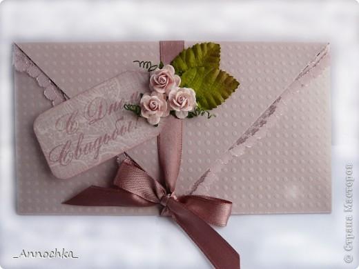 Всех приветствую! Коллега заказал конвертик для денежки на свадьбу. По случаю, я как раз сделала заказ в скрап-магазине и получила новую бумагу и потрясающие розочки. Немного фантазии и ... вот результат!