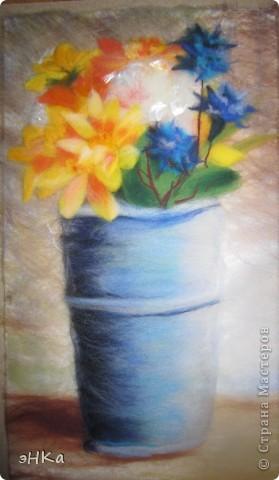 Увидела фото в журнале: цветы в железной вазе. Очень понравился необычный формат: узкий и вертикальный. Наконец-то оформила работу в паспарту и антиблик. фото 2