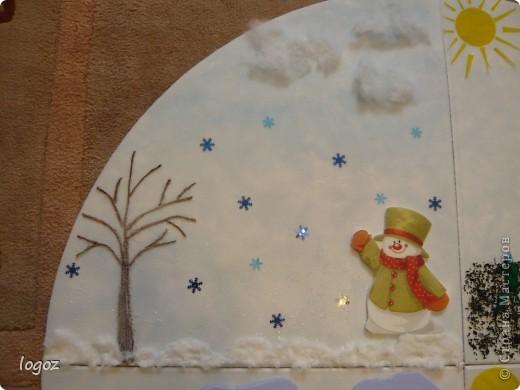 """В детском саду попросили сделать панно """"Времена года"""".  Основа-плитка для потолка, остальной материал-гофрированная бумага, шпатлевка, шпагат, песок, бисер, чай, синтепон, дырокольности. Воспитатель будет клеить на него фото детей, родившихся в это время года. фото 2"""