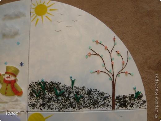 """В детском саду попросили сделать панно """"Времена года"""".  Основа-плитка для потолка, остальной материал-гофрированная бумага, шпатлевка, шпагат, песок, бисер, чай, синтепон, дырокольности. Воспитатель будет клеить на него фото детей, родившихся в это время года. фото 3"""