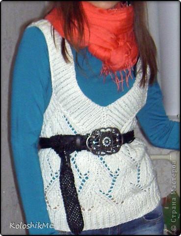 Всем здравствуйте! Каждый раз после очередного связанного пуловера, платья или кардигана у меня остается пряжа, как наверное у многих вязальщиц ))) В один момент я поняла, что её уже собралось столько, что и хранить негде, я взялась устранять этот небольшой нюанс - просто решила из этих остатков вязать себе простые безрукавки. Эта безрукавка связана крючком из хлопковых ниток. Такая, конечно, не согреет ))) фото 7