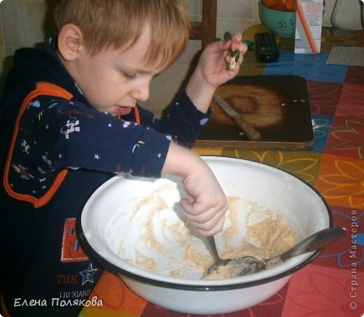А сегодня мы с сыном пекли печенье из того, что было … А было:  1ст. фруктового питьевого йогурта,  100 гр. сметаны,  1 ст. сахара, полпачки маргарина (растопить),  2 яйца, 100 гр. крахмала,  Сода, 2-2,5 ст. муки. Замешиваем тесто, которое ложкой выкладываем на противень, выпекаем при температуре 180-200 градусов до золотистого цвета.  фото 2