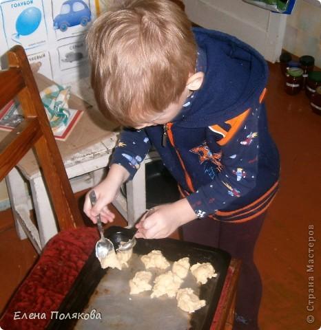 А сегодня мы с сыном пекли печенье из того, что было … А было:  1ст. фруктового питьевого йогурта,  100 гр. сметаны,  1 ст. сахара, полпачки маргарина (растопить),  2 яйца, 100 гр. крахмала,  Сода, 2-2,5 ст. муки. Замешиваем тесто, которое ложкой выкладываем на противень, выпекаем при температуре 180-200 градусов до золотистого цвета.  фото 3