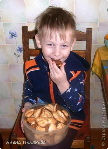 А сегодня мы с сыном пекли печенье из того, что было … А было:  1ст. фруктового питьевого йогурта,  100 гр. сметаны,  1 ст. сахара, полпачки маргарина (растопить),  2 яйца, 100 гр. крахмала,  Сода, 2-2,5 ст. муки. Замешиваем тесто, которое ложкой выкладываем на противень, выпекаем при температуре 180-200 градусов до золотистого цвета.  фото 4