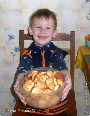 А сегодня мы с сыном пекли печенье из того, что было … А было:  1ст. фруктового питьевого йогурта,  100 гр. сметаны,  1 ст. сахара, полпачки маргарина (растопить),  2 яйца, 100 гр. крахмала,  Сода, 2-2,5 ст. муки. Замешиваем тесто, которое ложкой выкладываем на противень, выпекаем при температуре 180-200 градусов до золотистого цвета.  фото 1