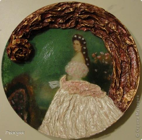 Здравствуйте, дорогие  мастерицы!  Я решила сделать серию портретов женщин.Женщины всегда олицетворяли эпоху в которой жили и были лицом времени. Эту тарелочку со знатной дамой 19 века я сделала  полюбовавшись на тарелочки Ольги Журко. фото 1