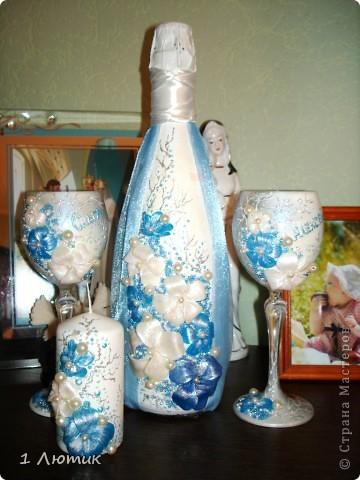 Бутылка планировалась в нежно-голубых и белых тонах. Но при запекании голубые цветы из пластики потемнели. фото 5