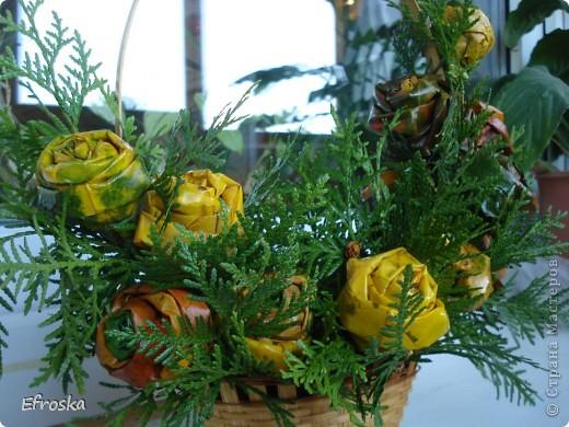 Сегодня в школе у детей начинается конкурс осенних букетов. Решили с дочкой поучаствовать. Соорудили вот такую корзину с розами из кленовых листьев. А делали мы эти розы по МК Татьяны Просняковой:  http://stranamasterov.ru/node/2168. А вдохновлялась работой Кукуськи http://stranamasterov.ru/node/103447 фото 6