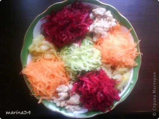 очень простой, но вкусный салат.ингредиенты:картофель(средний)2шт,филе(любое мясо)я предпочитаю куру,морковь1шт,свекла1шт,огурец(если маленькие то 2),майонез250мл. фото 1