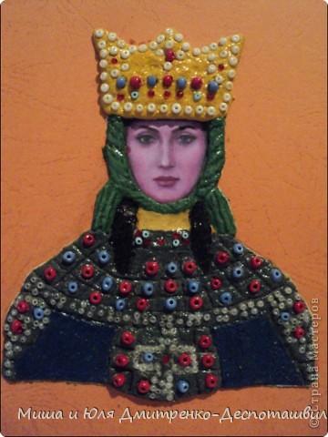 Сегодня мы с Мишей объединили наши две культуры. Я сделала портрет грузинской царицы Тамары о которой мы уже упоминали здесь, http://stranamasterov.ru/node/233397  а Миша вырезал из бумаги Подольскую Берегиню, еще и подстроив ее цветовую гамму под украинский флаг. фото 1