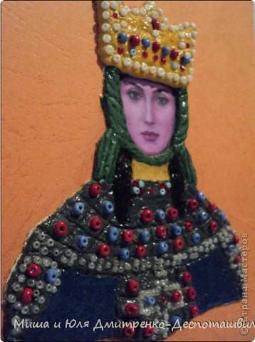 Сегодня мы с Мишей объединили наши две культуры. Я сделала портрет грузинской царицы Тамары о которой мы уже упоминали здесь, http://stranamasterov.ru/node/233397  а Миша вырезал из бумаги Подольскую Берегиню, еще и подстроив ее цветовую гамму под украинский флаг. фото 2