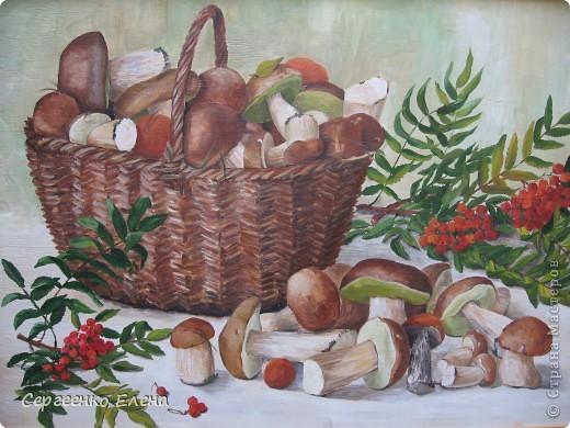 Эти натюрморты были нарисованы в прошлые годы, когда был большой урожай белых грибов. Масло. Первую картину надо было срочно нарисовать (вдохновение пришло, а грибы очень быстро пропадают),  под рукой была только фанера. Пришлось рисовать на ней. На фотографиях крупным планом, к сожалению, видна фактура фанеры. Знаю, некрасиво. Но, картина висит дома, поэтому так и осталась на этом материале. фото 1